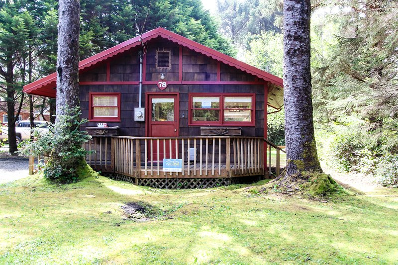 Dog-friendly, cottage in the woods 75 yards to the beach! Free WiFi