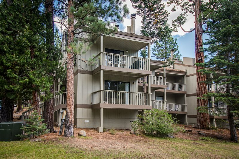 Beautiful condo with shared pool & tennis courts, close to Northstar! Chalet in Northstar