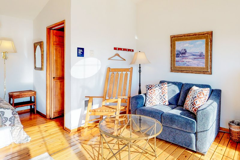 Enjoy ocean views from the shared deck of this lovely dog-friendly suite!, vacation rental in Yachats