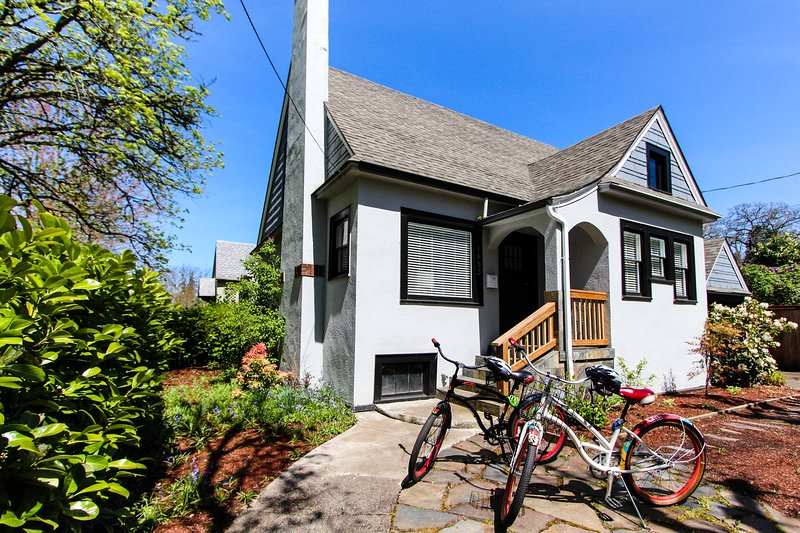 Charming family home w/ fireplace & patio - three blocks from UO & Knight Arena!, vacation rental in Eugene