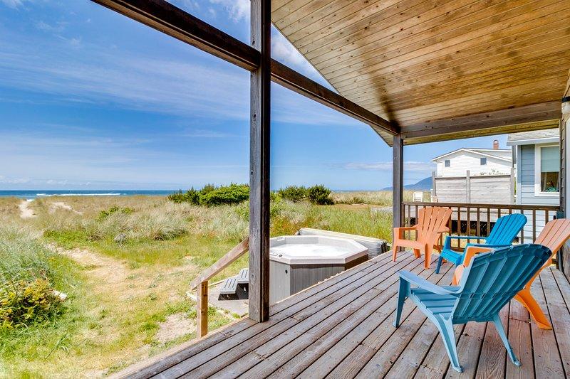 Dog-friendly, oceanfront beach cottage w/ private hot tub! Right on the beach!, location de vacances à Rockaway Beach