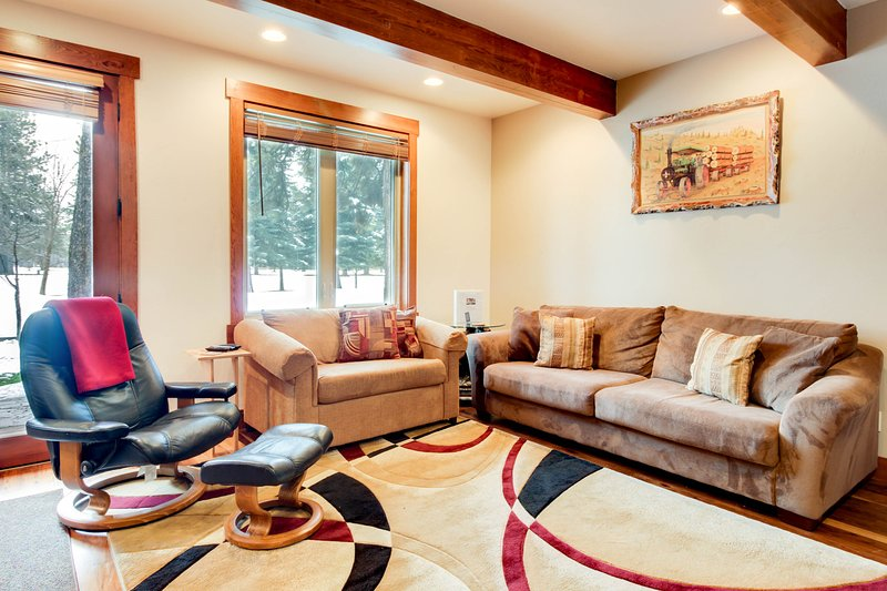 Lovely, modern condo w/ fairway views, sports courts & nearby lake access!, vacation rental in Tamarack