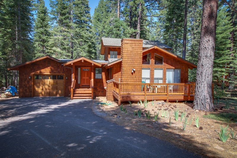 Remodeled home w/ a private hot tub, shared pools & a free shuttle to skiing!, location de vacances à Brockway