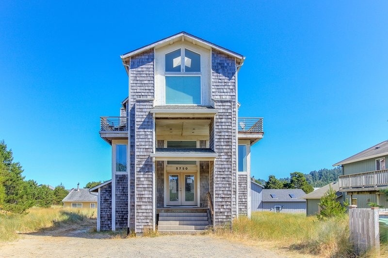 Spacious home perfect for multi-family trips! 2 master suites & a chef's kitchen, vacation rental in Pacific City