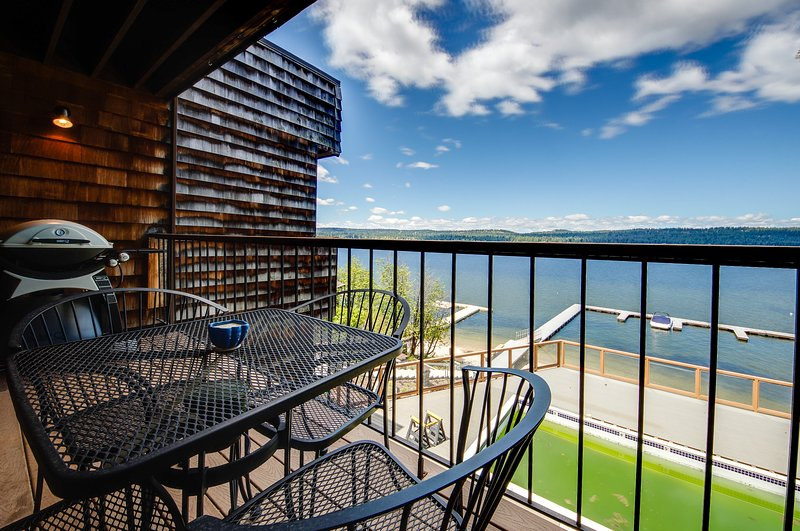 Comfortable lakefront condo w/ shared pool, dock & gorgeous water views!, vacation rental in Tamarack