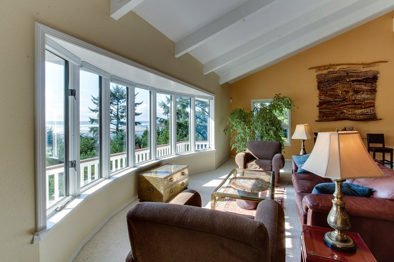 Huge Beachfront Home, Jaw-Dropping Views, Hot Tub, Rare Privacy, Dogs OK!, vacation rental in Yachats