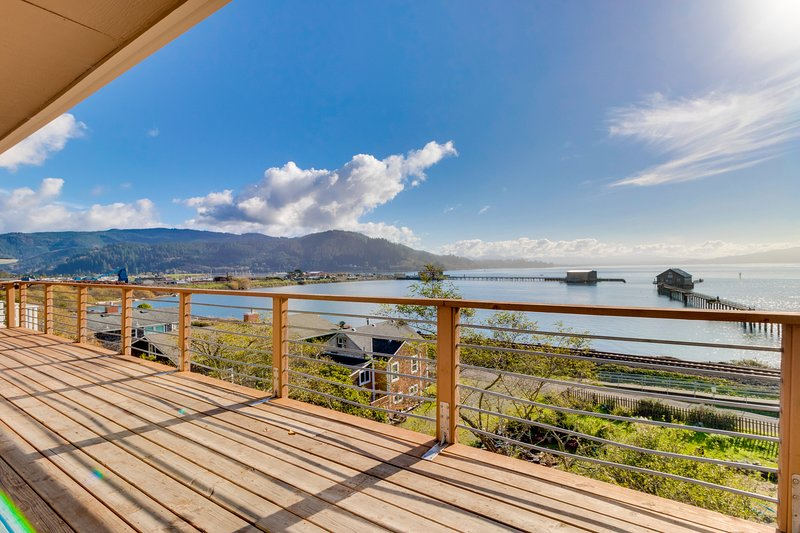 Gorgeous home overlooking the bay near a boat launch - dog-friendly!, Ferienwohnung in Garibaldi
