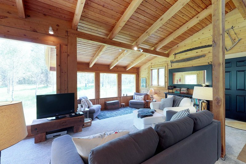 Quiet, tree-lined property with a gorgeous deck and an expansive yard!, vacation rental in Tamarack