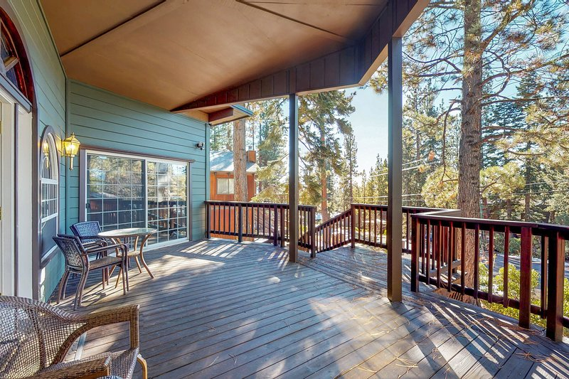 Elegant escape w/lake views + shared pool & private homeowners' beach!, holiday rental in Squaw Valley