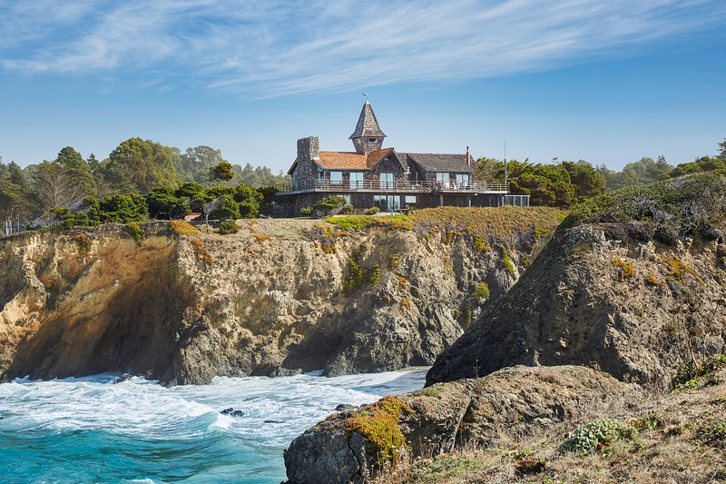Two-level oceanfront home w/ private hot tub and views from the deck, vacation rental in Mendocino County