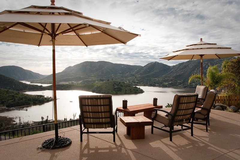 Stunning dog-friendly villa w/lake views, private hot tub & pool and game room!, location de vacances à Rancho Bernardo