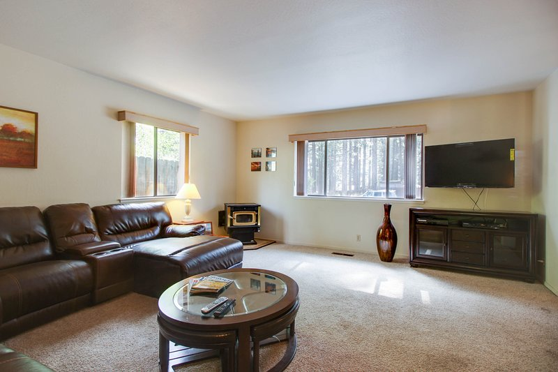 Cozy dog-friendly home for a large family w/ private hot tub & game room!, vacation rental in South Lake Tahoe