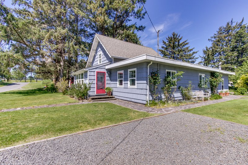 Beautiful, dog-friendly cottage w/ large yard - just a few blocks from the beach, vacation rental in Gearhart
