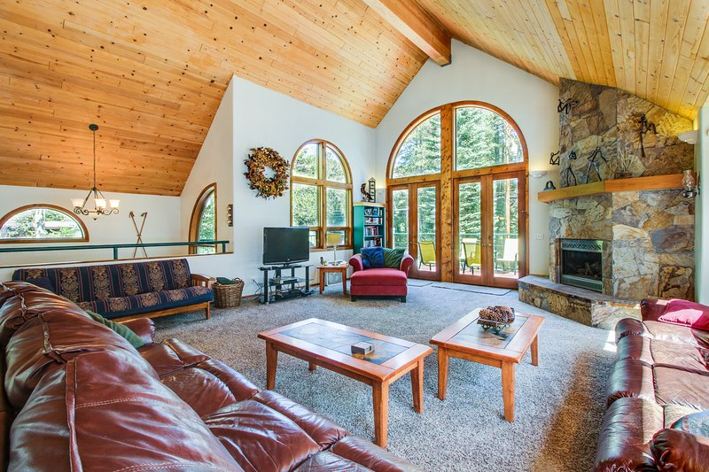 Gorgeous lakefront escape with fireplace, close to skiing, aluguéis de temporada em Norden