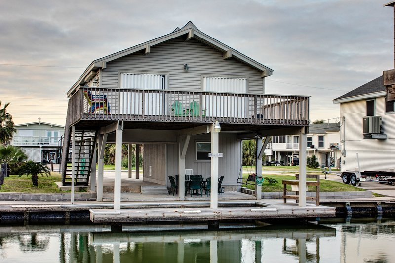 Upscale, dog-friendly, bayside retreat with private dock & shared pool, location de vacances à Jamaica Beach