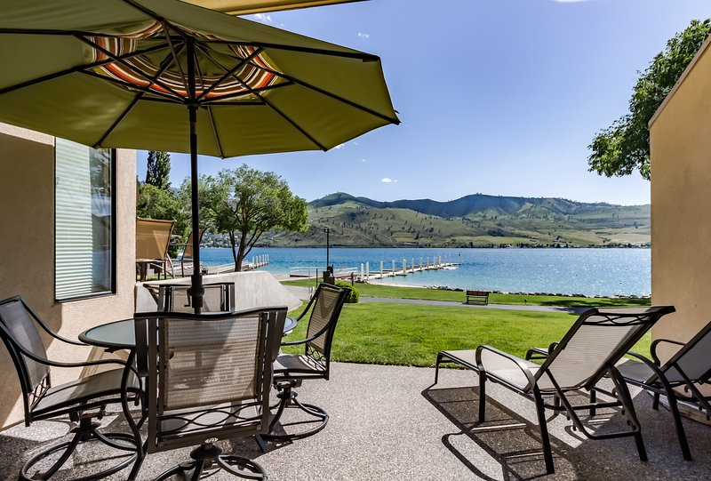 Lovely lakeside condo with views, access to shared hot tub and pools!, vacation rental in Chelan