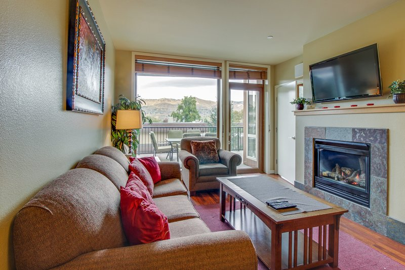 Quiet condo with private balcony, shared hot tub & pool access, vacation rental in Chelan