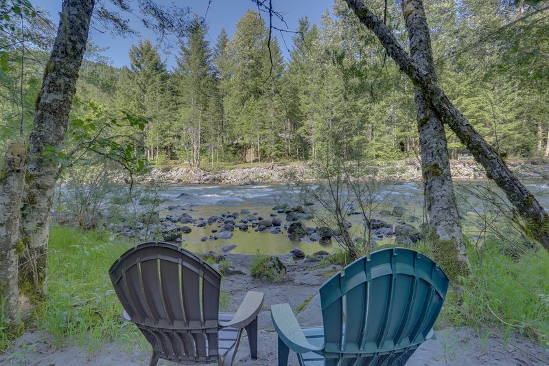Lovely cabin in tranquil setting w/ private hot tub, nearby ski access -dogs ok!, vacation rental in Welches