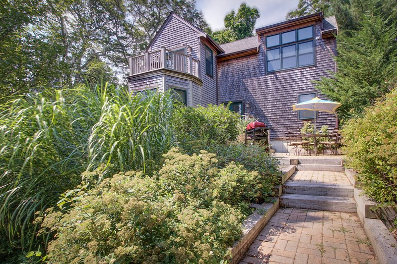 Bright & airy modern 3-level home near the beach and downtown, vacation rental in Vineyard Haven