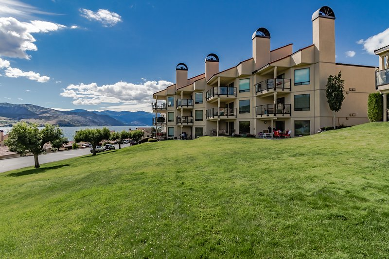Charming lakefront condo with a shared pool, hot tub, and dock, vacation rental in Chelan