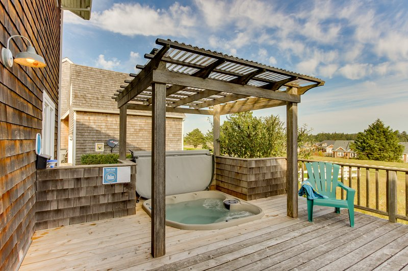 Relaxing seaside condo with a hot tub and plenty of room for everyone!, vacation rental in Gearhart
