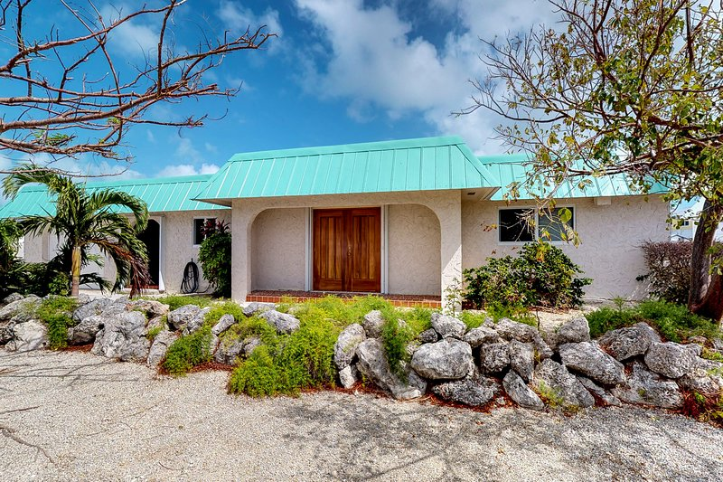 Inviting family home on deepwater canal, close to beaches!, vacation rental in Marathon Shores