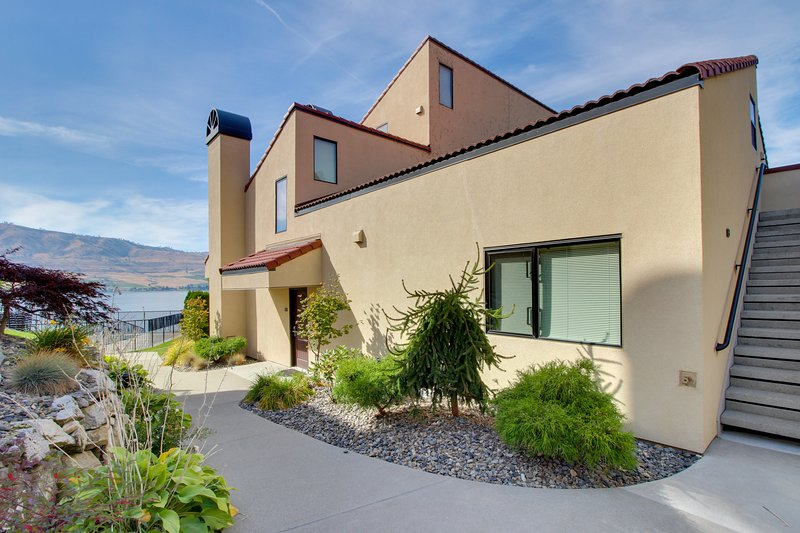Ground-floor, lakefront condo - pools, hot tubs, dock, lake views, and more!, vacation rental in Chelan