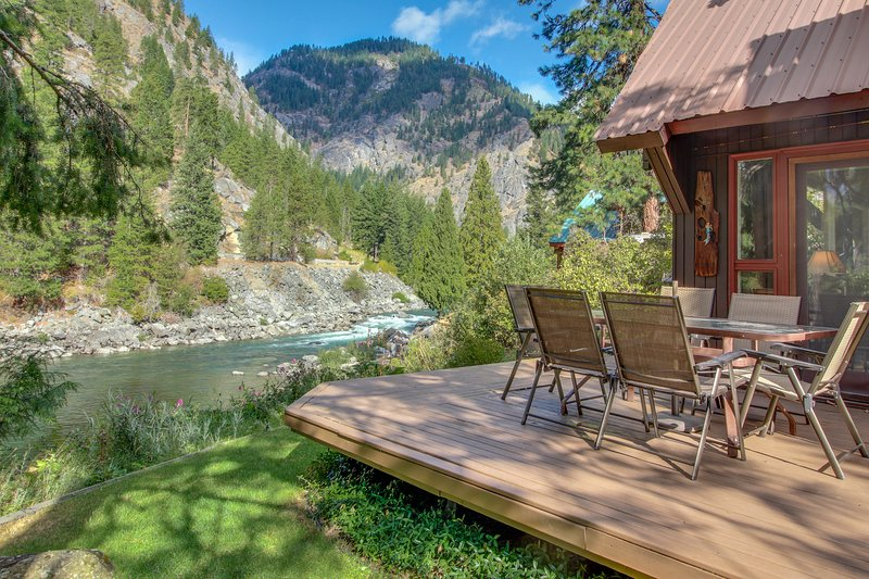 Picturesque riverfront home w/private hot tub, stunning river views!, holiday rental in Leavenworth