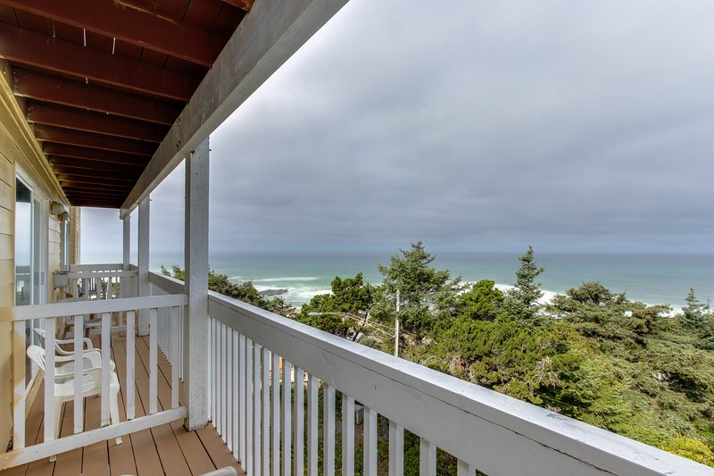 Upper-level oceanview studio near the beach - dogs welcome!, holiday rental in Lincoln City