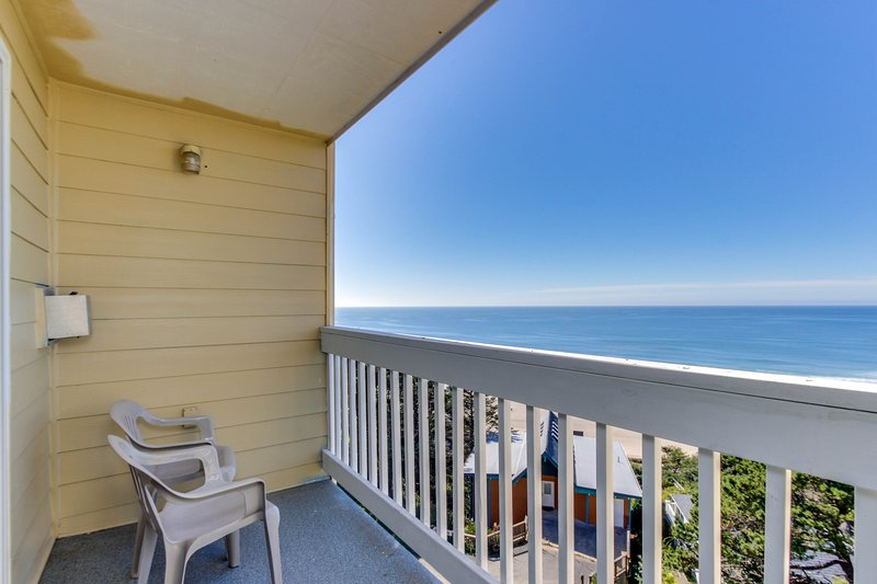 Oceanview studio on the main level - nearby beach access, dogs welcome!, holiday rental in Lincoln City
