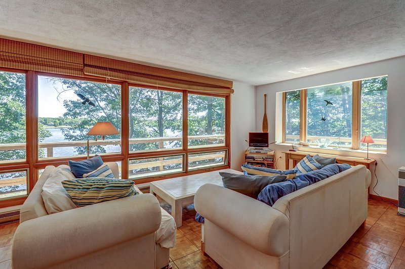 Secluded waterfront home on Lake Champlain w/lake views, location de vacances à Isle La Motte