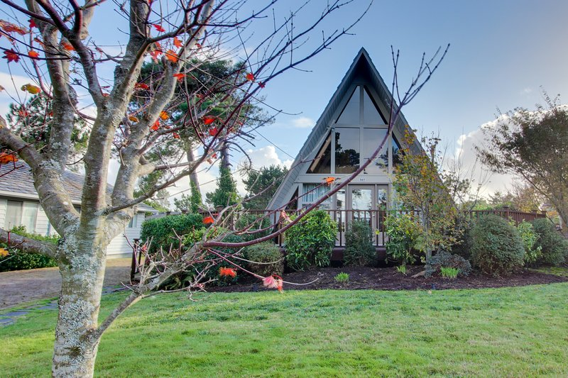 Charming A-Frame house w/ entertainment, easy beach & golf access, vacation rental in Gearhart