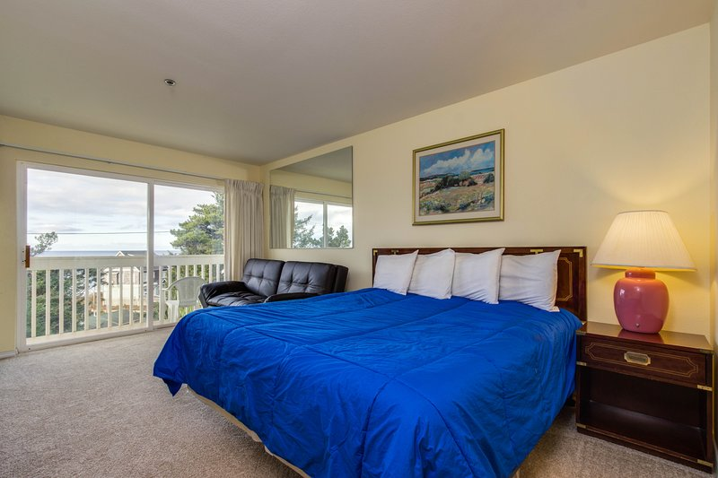Lower-level oceanview studio with a balcony & close beach access - dogs OK!, holiday rental in Lincoln City