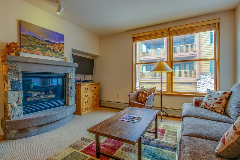 Cozy ski-in/ski-out condo with a shared pool, hot tub, and easy lift access! Chalet in Keystone