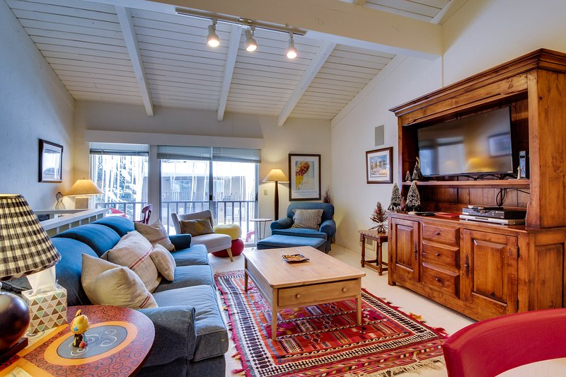 Sunny townhouse w/ views, summer pool, & ski bus pick-up!, vacation rental in Sun Valley-Ketchum