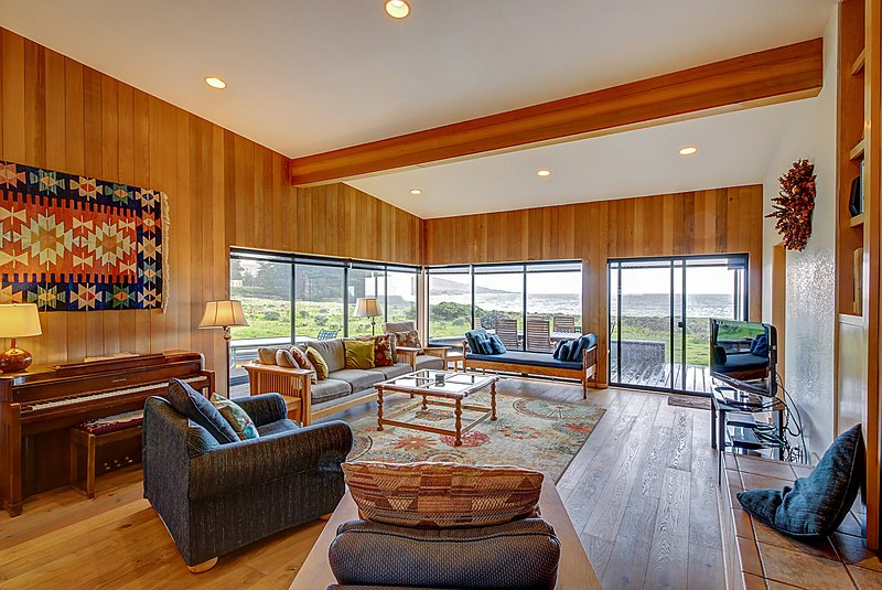 Lovely oceanfront getaway, dog-friendly, private hot tub, & shared pool!, vacation rental in The Sea Ranch