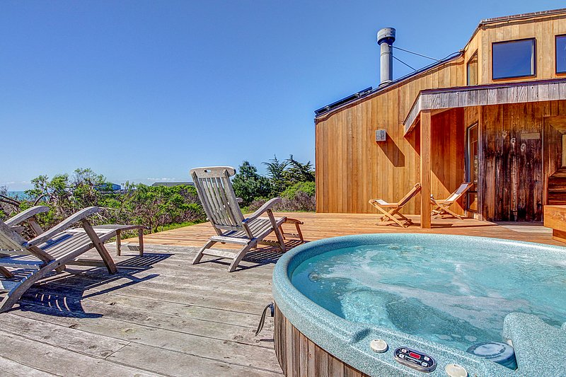 Contemporary coastal home with private hot tub, shared pool & ocean views!, vacation rental in Gualala