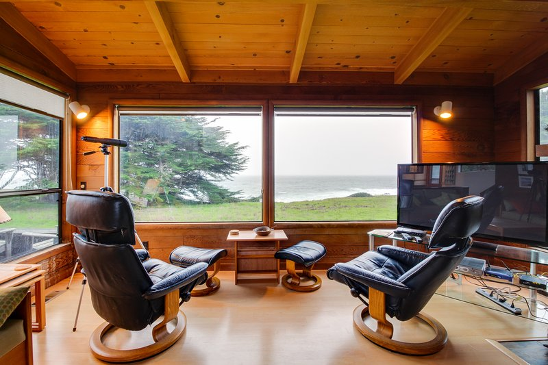 Oceanfront home w/ a private hot tub, views & shared pool - steps from trails!, vacation rental in The Sea Ranch