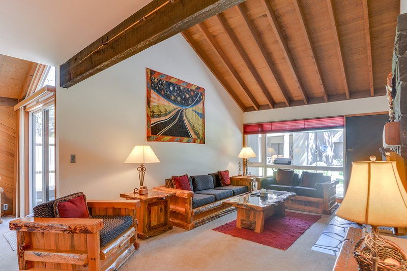 A private hot tub awaits at this Sunriver condo, SHARC passes!, vacation rental in Central Oregon