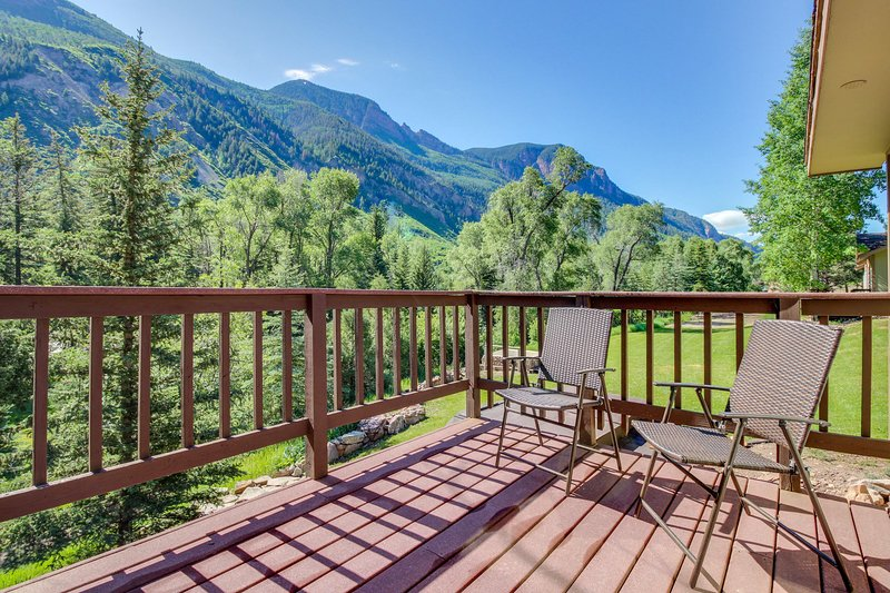 Rustic cabin with shared hot springs on the Crystal River!, vacation rental in Marble