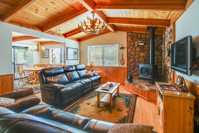 Cozy home w/ lake views from deck - walking distance to beach! Chalet in Northstar