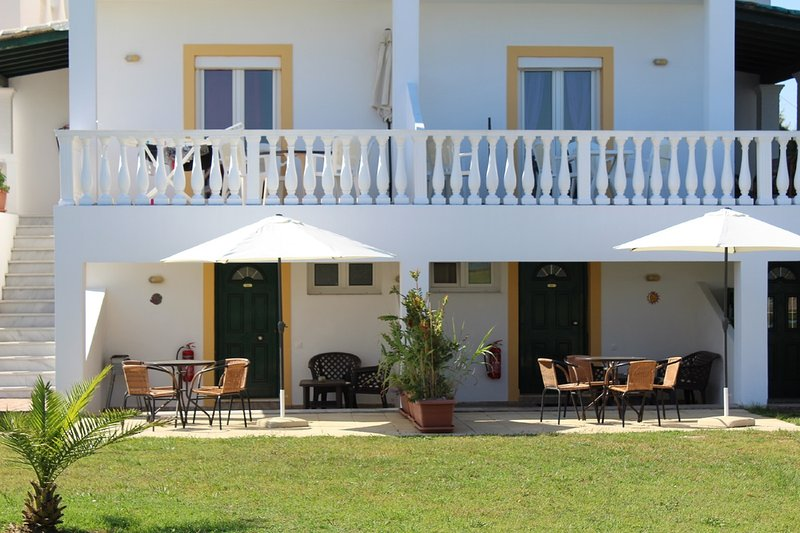 Apartment Kumkat in front of the beach in the north of Corfu island, location de vacances à Roda