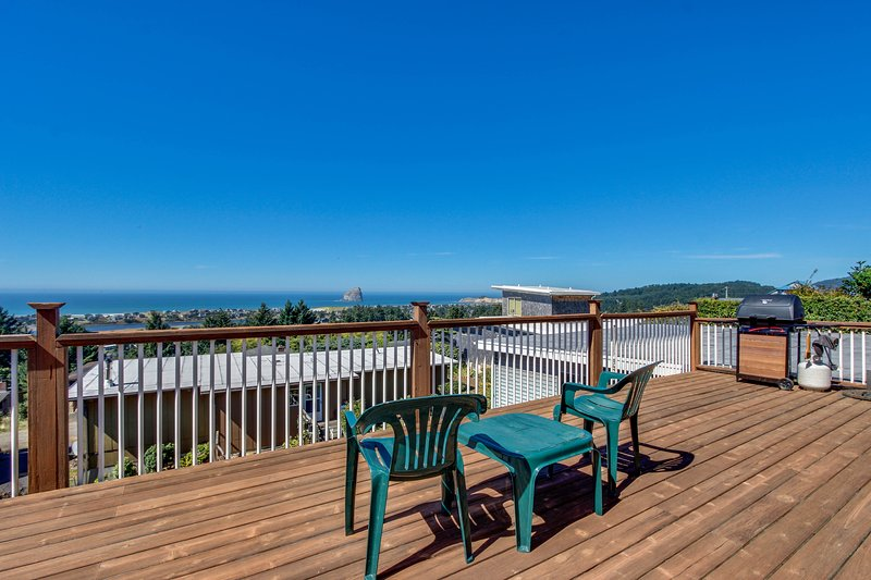 Bright home w/ sweeping ocean views & quiet location - close to town, vacation rental in Pacific City
