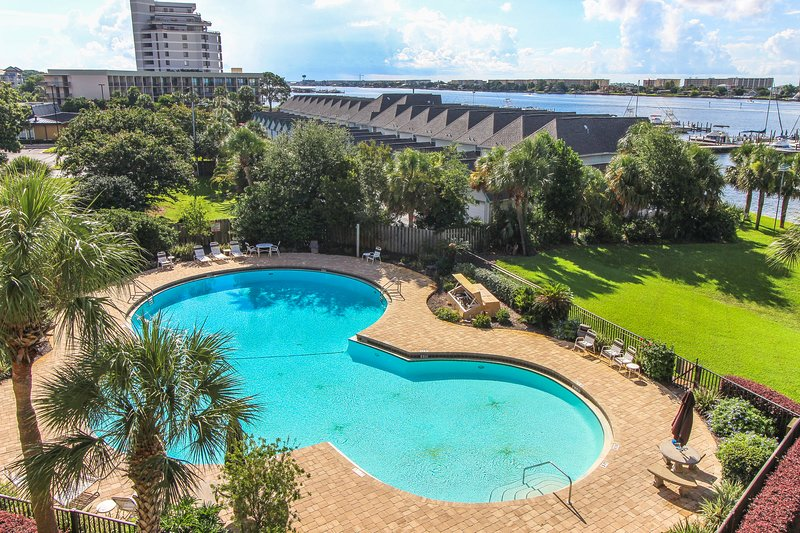 Beautiful bayfront condo with pool access, and beach!, vacation rental in Mary Esther