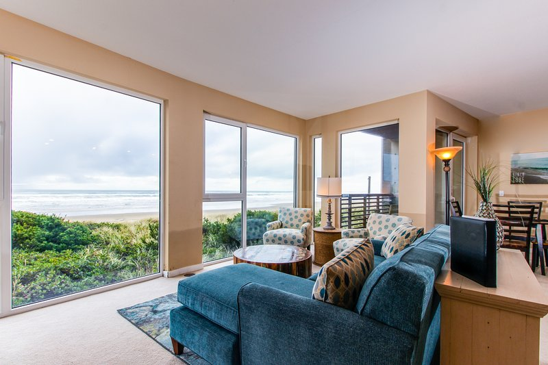 Spacious, dog-friendly, oceanfront home with spectacular views & shared hot tub, location de vacances à Rockaway Beach