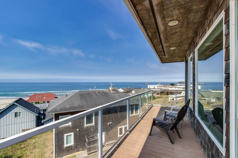 Oceanview home w/ a private hot tub & two decks, 200 feet from beach access!, vacation rental in Neotsu