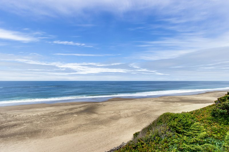 Impressive oceanfront home, boasts great views and is dog-friendly!, vacation rental in Gleneden Beach
