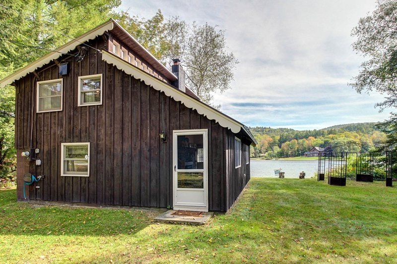Charming waterfront cottage on Echo Lake - 2 dogs welcome!, location de vacances à Plymouth