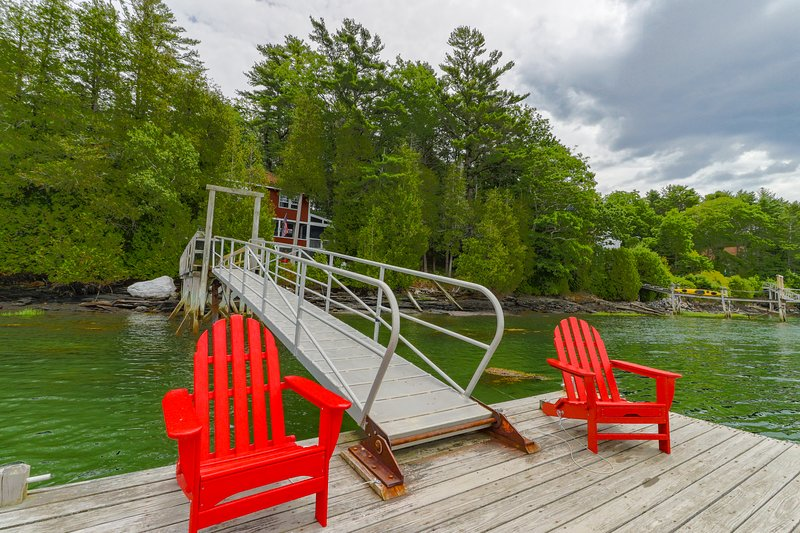 Cozy, waterfront cabin-style home w/ private dock and lovely views!, location de vacances à Brunswick