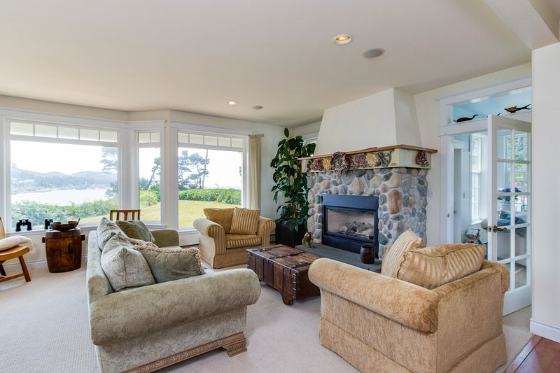 Gorgeous oceanfront home w/ incredible views & home comforts - great for groups!, location de vacances à Depoe Bay